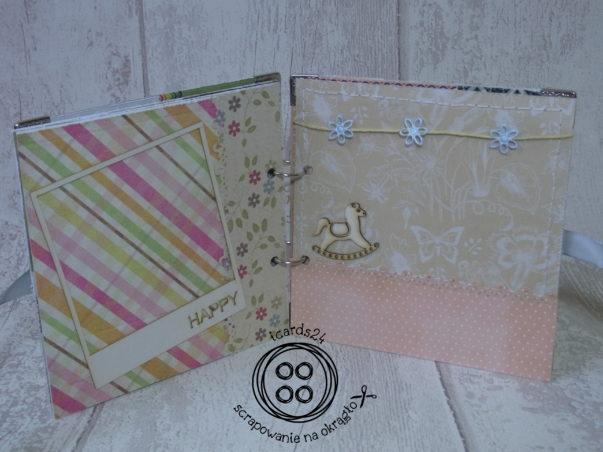 Kolorowe strony albumu scrapbookingowego: jasne, pastelowe papiery, ramka na zdjęcie ze sklejki a także scrapka - konik na biegunach i błękitne kwiatki na sznureczku :)