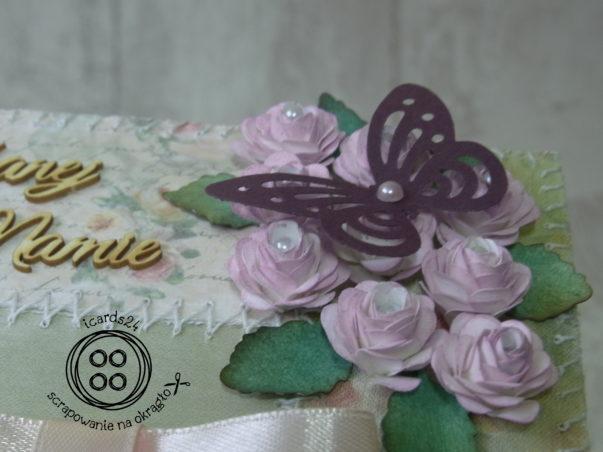 Motylek na kwiatkach - zbliżenie na szczegół kartki dla Mamy